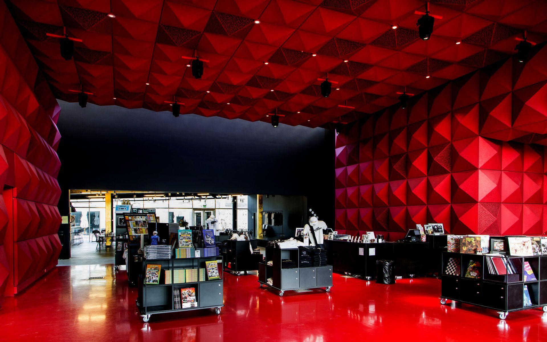 RAGNAROCKs røde foyer og butik