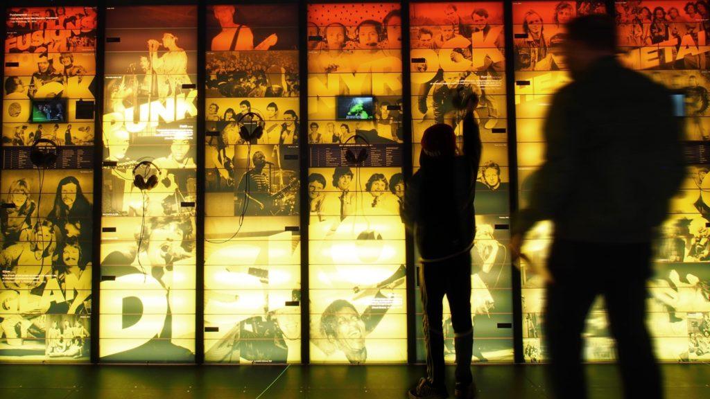 Mennesker interagerer med RAGNAROCKs udstilling